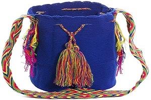 Mochila Wayuu Colombiana tipo bolso en Mochilas Mujer Shop . Los Wayuuson auténticos bolsos tipo morral, hechos a mano por las tribus aborígenes, e importados directamente desde la Península de la Guajira sobre el Mar Caribe Colombiano