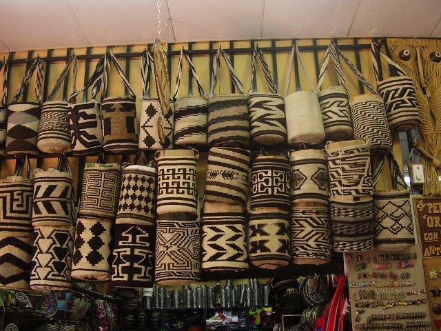 Mochilas Arhuacas Artesanales y Sostenibles hechas a mano por tribus indígenas de América Latina.
